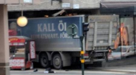 Грузовик врезался в толпу в Стокгольме: Три человека погибли