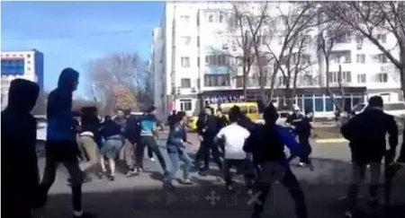 Футбольные фанаты устроили массовое побоище в центре Уральска