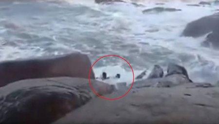 Любителей селфи смыло на берегу со скалы