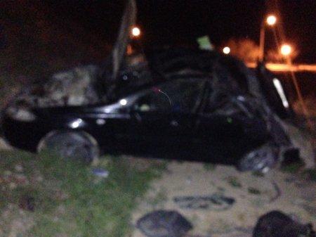 На набережной со спуска упал автомобиль