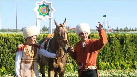 Президент Туркменистана получил семь коней в подарок и победил на скачках