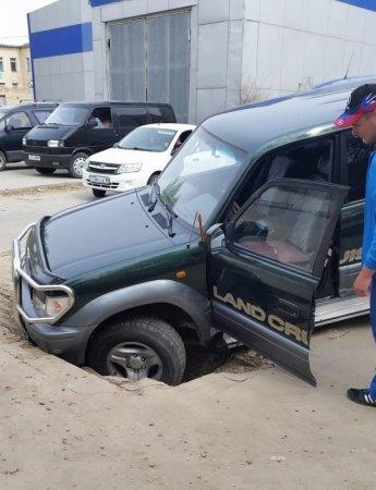 Внедорожник провалился под асфальт в центре Костаная