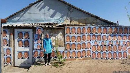 Астанчанка обклеила дом портретами Назарбаева, чтобы спасти его от сноса