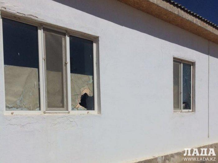 В селе Жетыбай обстреляли жилой дом