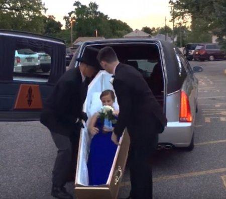 Школьницу привезли на выпускной бал в открытом гробу