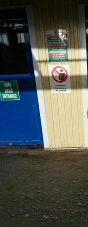 Нефтяников на Тенгизе на трех языках предупредили о наказании за плевки