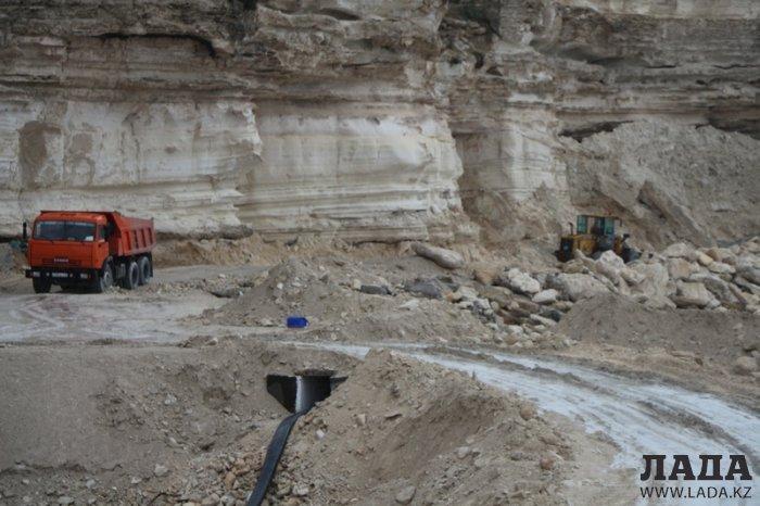В администрации отеля Caspian Riviera рассказали о проводимых на скалах в 4А микрорайоне Актау работах