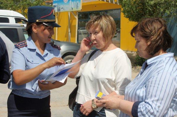 Полицейские Актау ответили на вопросы участников акции «Приемная на дороге»