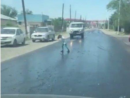 Прилипшая к асфальту девочка попала на видео в Казахстане