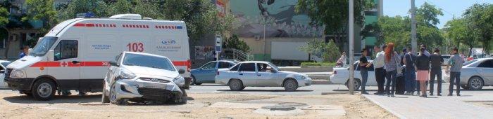В центре Актау автомобиль Hyundai Accent вынесло на тротуар в результате ДТП