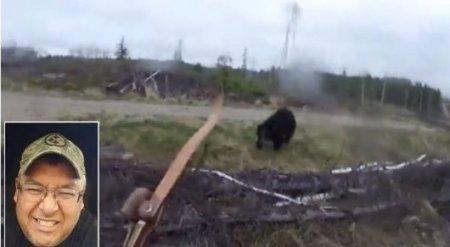 Мужчина снял на камеру, как его атакует разъяренный черный медведь