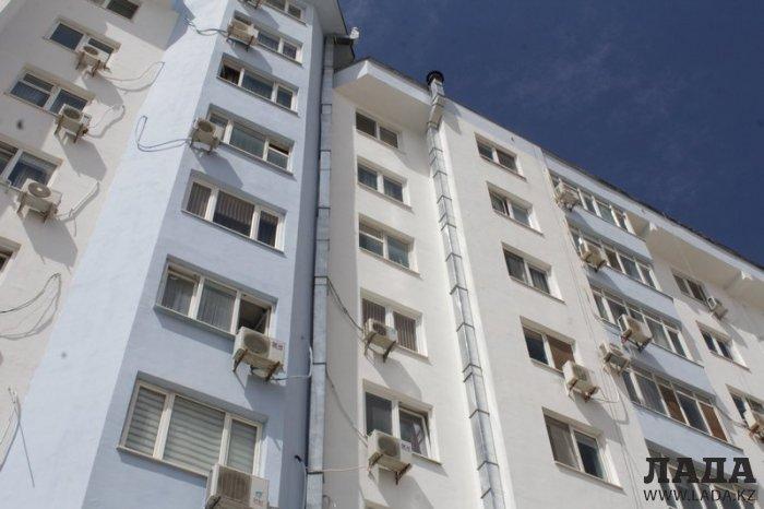 Жители 58 дома 11 микрорайона Актау пожаловались на администрацию расположенного на первом этаже кафе