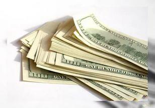 К сезону отпусков спрос на доллары в Казахстане вырос почти в полтора раза