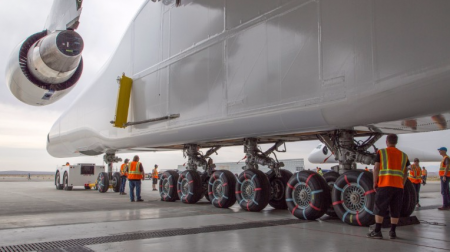 Самый большой самолёт в мире впервые покинул ангар