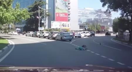 Двое детей выпали из багажника авто на полном ходу на трассе в Сочи