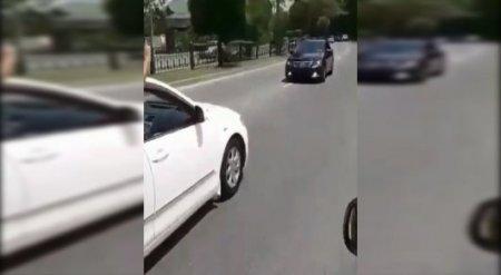 Едущий задом наперед автомобиль Toyota Camry сняли на видео в Алматы