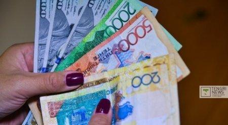 Обменные пункты продают доллар уже дороже 325 тенге