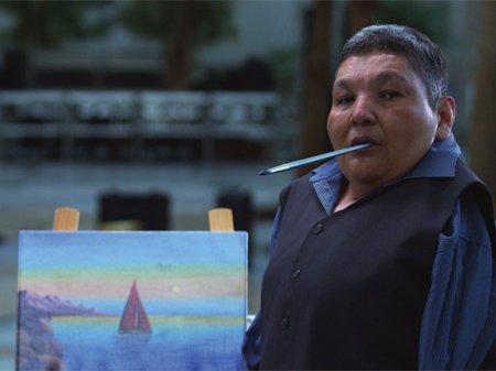 Художник без рук продает картины ради ремонта дорог в Карагандинской области