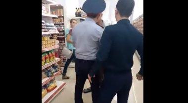 В ДВД изучают видео с грубым поведением полицейского в супермаркете Темиртау