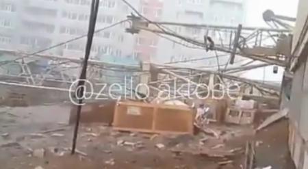 Два строительных крана рухнули на дом в Актобе