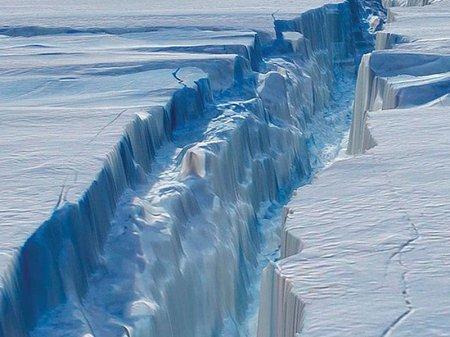 Спутники зафиксировали рождение гигантского айсберга у берегов Антарктиды