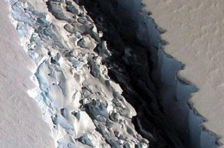 От Антарктиды скоро отколется мега-айсберг