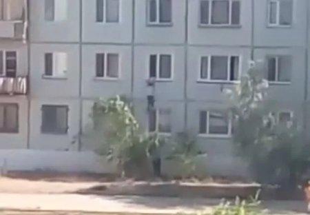 Женщина в Балхаше сумела поймать падающего из окна подростка