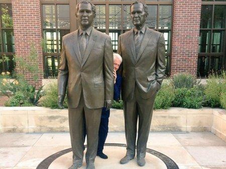 В Twitter шутят о снимке спрятавшегося между двумя Бушами Клинтона