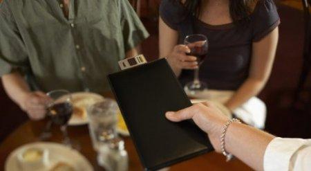 """Девушка нашла необычный способ """"заплатить"""" за парня в кафе"""