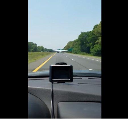 Водитель снял на ВИДЕО, как прямо перед ним на дорогу приземлился самолет