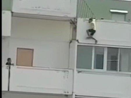 "Подросток ради ""лайков"" повис на балконе 12-го этажа в Краснодаре"