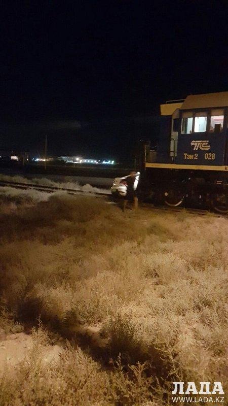 Тепловоз столкнулся с автомобилем в пригороде Актау