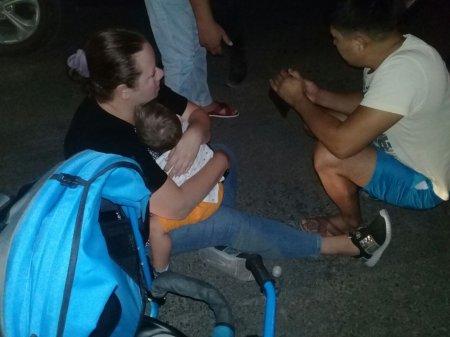 На набережной машина сбила женщину и ребенка ВИДЕО