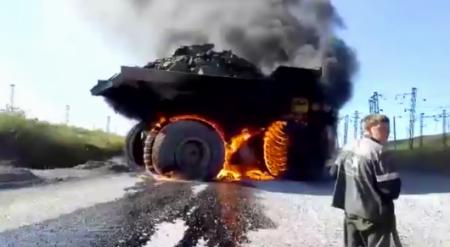 Мужчина с сигаретой пытался потушить горящий БелАЗ в Костанайской области