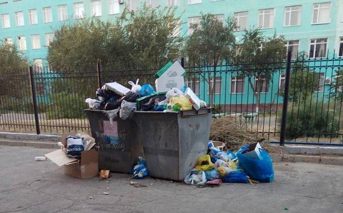 ТОО «Caspiy Оperating»: Припаркованные автомобили вдоль контейнеров мешают вывозу мусора