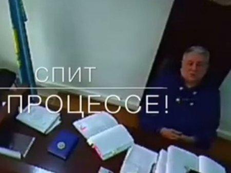 Проверку видеоролика с засыпающим судьей проводят в Алматы