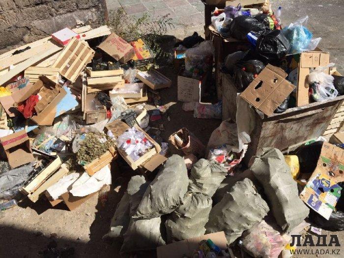 Жители Актау пожаловались на скопление мусора у жилых домов