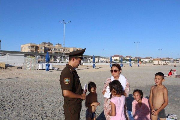 На «Солдатском» пляже Актау установили спасательную вышку