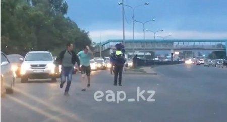 Драка перед равнодушным полицейским набирает просмотры в Казнете