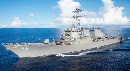 Ракетный эсминец ВМС США столкнулся с торговым судном