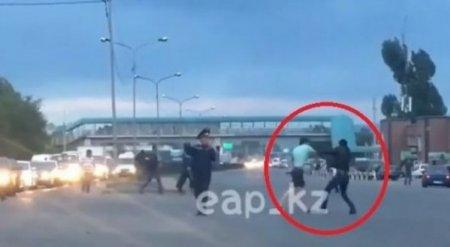 Драка на перекрестке на глазах у регулировщика в Алматы: начата служебная проверка