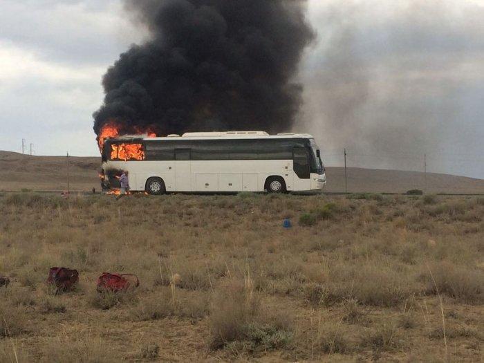 На трассе Актау-Каражанбас сгорел пассажирский автобус