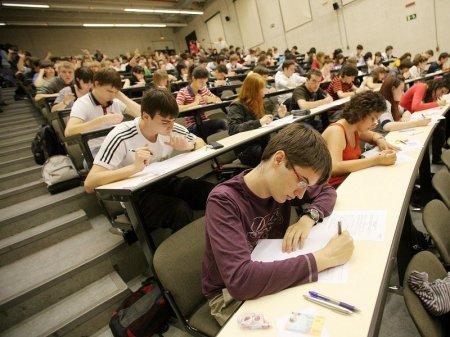 Около 20 тысяч казахстанских студентов уедет обучаться за рубеж