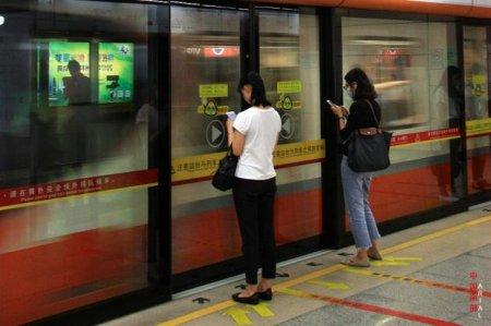Пассажирка китайского метро провалилась под землю