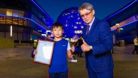 11-летний казахстанец Амир Махмет установил новый мировой рекорд по отжиманиям на бутылках
