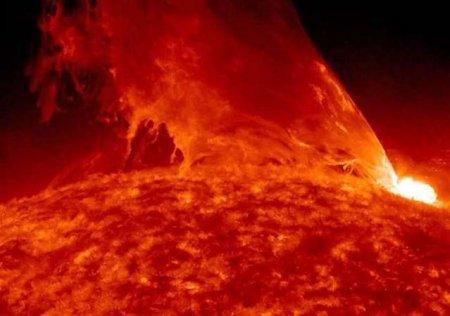 Третья сильнейшая вспышка на Солнце привела к магнитной буре