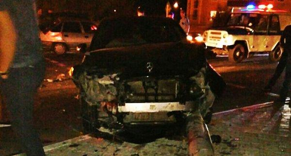 В Актау Mercedes-Benz столкнулся с Daewoo Nexia и снес столб