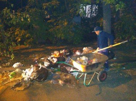 Школьник вручную убрал гору мусора соседнего двора в Алматы