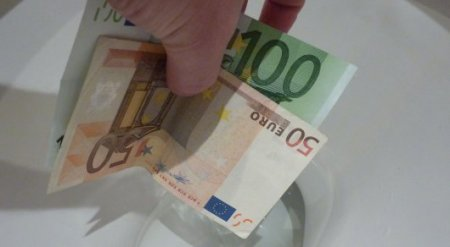 Прокуратура Женевы нашла женщин, спустивших в унитазы 100 тысяч евро