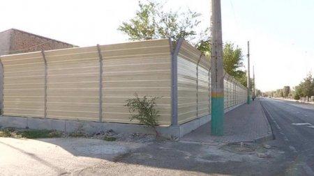 Жителей микрорайона в Шымкенте огородили двухметровой стеной